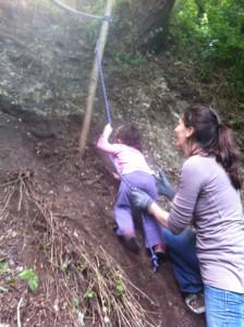 Hera si arrampica con la corda nel bosco